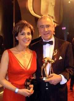 Mit Ehefrau Paola und dem Bambi für sein Lebenswerk: Kurt Felix. (Bild: Keystone)