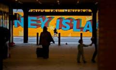 Bewohner verlassen den Stadtteil Coney Island in New York. (Bild: Keystone)