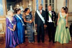 Umgeben von Royals: Nelson Mandela mit seiner Frau Graca Machel und der schwedischen Königsfamilie im Palast von Stockholm (1999). (Bild: Keystone)