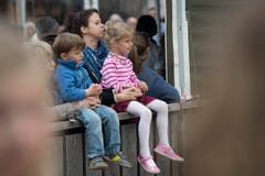 St. Gallen - OFFA Frühlingsmesse Freitzeit- und Sportmesse und Pferdemesse Besucher bei oder in der Arene bei der Darbietung der Pferdevoltiiererinnen (Bild: Ralph Ribi)