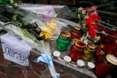 Ukrainians lay flowers outside Belgian Embassy in Kiev. (Bild: Keystone)