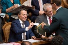 Ignazio Cassis, FDP-TI, links, legt seine Stimme in die Wahlurne neben den Fraktionskollegen Kurt Fluri, FDP-SO, während der Ersatzwahl in den Bundesrat. (Bild: Keystone)