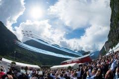 Die Flugshow in Pollegio wird von den Besuchern verfolgt. (Bild: Keystone)