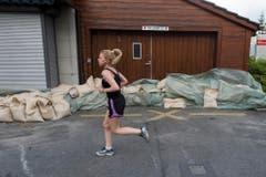 Sandsäcke schützen eine Garage im Berner Mattequartier. (Bild: Keystone)