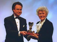 Kurt Felix überreicht Schauspielerin Anne-Marie Blanc 1997 den Ehren-Prix-Walo. (Bild: Ralph Ribi)