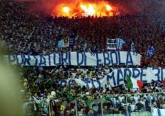 """Fans von Lazio Rom bezeichnen die schwarzen Spieler der AS Rom Ende 2000 als """"Ebola-Träger"""". (Bild: Keystone)"""