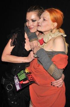 Ein Herz und eine Seele: Kate Moss und die britische Designerin Vivienne Westwood (2009). (Bild: Keystone)