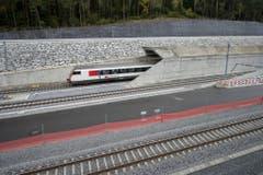 Einer der Testzüge, die vor der Eröffnung den Tunnel passierten. (Bild: Keystone)