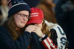 """Während der """"Make America Great Again! Welcome Celebration"""" fliessen bei Trump-Anhängern Tränen der Freude. (Bild: Keystone)"""
