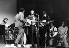 20. Januar 1966: Dylan bei seinem ersten Auftritt nach einem schweren Motorradunfall im Jahr 1966. Mit ihm auf der Bühne sind unter anderem Schlagzeuger Levon Helm, Rick Danko und Robbie Robertson. (Bild: Keystone)