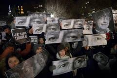 In New York haben die Trauernden Schilder mit den Augen der ermordeten Charlie Hebdo Mitarbeitern hochgehalten. (Bild: Keystone)