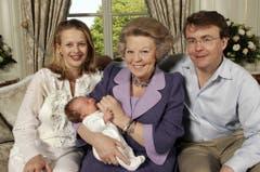 Am 24. April 2005 präsentieren Prinzessin Mabel, Prinz Johan Friso und Grossmutter Beatrix die kleine Luana. (Bild: Keystone)