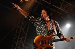Gitarrengott Steve Lukather von Toto heizt dem Publikum ein. (Bild: Reto Martin)