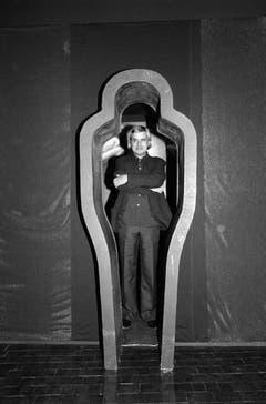 H.R. Giger im April 1984 an der Eröffnung einer Ausstellung seiner Werke im Seedamm Kulturzentrum in Pfäffikon. (Bild: Keystone)