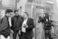 """In einer Drehpause zum ersten Schweizer Tatort (""""Howalds Fall""""): Der Regisseur Urs Egger und die Schauspieler Andrea Zogg und Mathias Gnädinger 1990 in Bern. (Bild: Keystone)"""