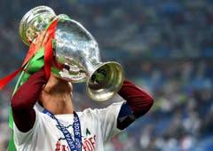 Sim! Portugal ist Europameister! Dank eines Treffers von Angreifer Eder gewannen die Portugiesen das Finalspiel gegen Frankreich in der Nachspielzeit. (Bild: Keystone)