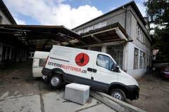 Die Wassermassen haben in der «Unteren Fabrik» einen Kleinbus verschoben. (Bild: Michel Canonica)
