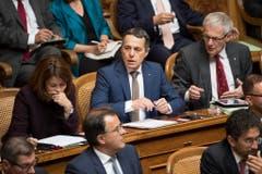 Bundesratskandidat Ignazio Cassis, FDP-TI, Mitte, reagiert an der Seite von Petra Gössi, FDP-SZ, links, und Kurt Fluri, FDP-SO, rechts, nach der Ankündigung der Ergebnisse des ersten Wahlgangs. (Bild: Keystone)