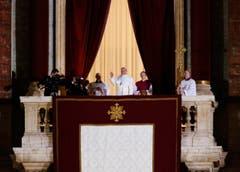 Papst Franziskus flankiert von Guido Marini, winkt vom Balkon der St.Peter's Basilica. (Bild: Keystone)