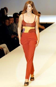 Lady in Red: Das US-Model bei einer Modeschau im Jahr 1997. (Bild: Keystone)