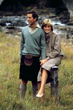 Prinz Charles und Diana, Princess of Wales, posieren während ihren Flitterwochen in Schottland für die Fotografen. (Bild: AP (Balmoral, 19. August 1981))