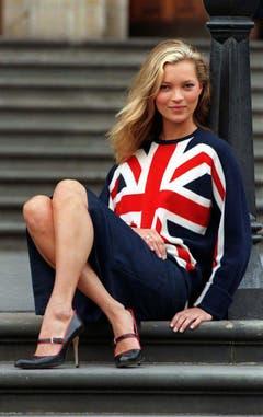 Very very british: Kate Moss, aufgewachsen im Londoner Stadtteil Croydon als Tochter einer Bardame und eines Reiseagenten, posiert 1997 in einem Union-Jack-Pulli auf der Treppe vor dem Naturhistorischen Museum in London. (Bild: Keystone)