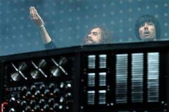 Sie sind Justice, ein Elektro-Duo aus Frankreich: Gaspard Auge (links) und Xavier de Rosnay. (Bild: LAURENT GILLIERON (KEYSTONE))