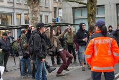 Linke stören mit Sprechgesängen die Kundgebung der Rechten. (Bild: Ralph Ribi)