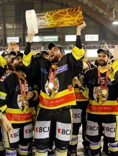 Auch in der NLB gehört der Bart dazu: Die Spieler von Ajoie feiern ihren Titel in der zweithöchsten Liga. (Bild: Keystone)