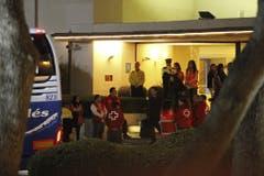 Spanische Angehörige steigen in einen Bus, um zur Unfallstelle zu reisen. (Bild: Keystone)