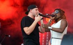 Rapper Stress mit Sängerin Karolyn... (Bild: Nana do Carmo)