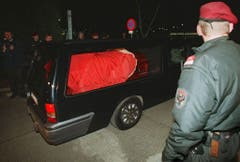"""The hearse carrying the coffin of Austrian pop singer Falco leaves the grounds of Vienna's Schwechat airport after the mortal remains were repatriated from the Dominican Republic 12 February. Falco, whose real name was Hansi Hoelzl, died 07 February in a car accident in Puerto Plata in the Dominican Republic. Falco would have celebrated his 41st birthday on 19 February 1998. The artist, who successfully combined European-style pop music with Rock- and Rap elements to what the music world smilingly honoured as """"Austria-Pop"""" was best known for his trans-European hit songs 'Amadeus' and 'Vienna Calling'. EPA PHOTO/APA Herbert PFARRHOFER (Bild: Keystone)"""