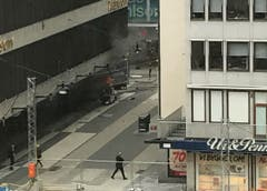 Truck drives into crowds on a street in central Stockholm (Bild: Keystone)