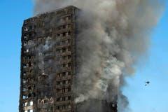 In London ist im Juni ein Brand in einem Hochhaus ausgebrochen. 200 Feuerwehrleute waren im Einsatz, um das Feuer zu bekämpfen. Trotz aller Bemühungen sind beim Brand im Sozialbau 80 Menschen ums Leben gekommen. Das Feuer breitete sich mit rasender Geschwindigkeit über die Aussenfassade aus. Bewohner hatten sich vor der Katastrophe immer wieder über mangelnden Brandschutz in dem Gebäude beschwert. (Bild: WILL OLIVER (EPA))