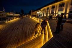 Die neue Hafenplattform erstrahlt am Abend in warmem Licht. (Bild: Reto Martin)