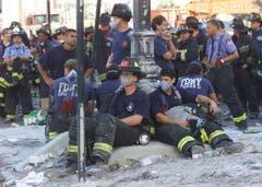 Feuerwehrleute versuchten bis zuletzt Personen aus den Twin Towers zu evakuieren. 400 Feuerwehrmänner kamen bei den Anschlägen ums Leben. (Bild: Keystone)