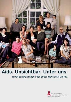 """Kampagnen-Plakat der Aids-Hilfe Schweiz. Das Bild zeigt eine typische Schweizer Familienfeier. Vom Urgrossvater bis zum Urenkel sind alle fürs Erinnerungsfoto dabei. Nur der Text schreckt auf: """"Aids. Unsichtbar. Unter uns."""" Mit diesem Sujet will die Aids-Hilfe Schweiz darauf aufmerksam machen, dass in der Schweiz über 20'000 Menschen mit HIV und Aids leben. (Bild: Keystone)"""