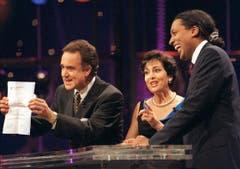 """Kurt Felix, Paola und Moderator Cherno Jobatey (von links) in der TV-Show «Verstehen Sie Spass?""""» 1998. (Bild: Keystone)"""