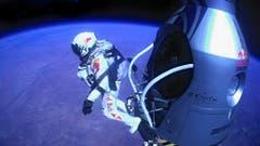 Dann tritt er aus der Ballonkapsel... (Bild: Keystone)