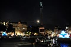 Die Brunnen auf dem Trafalgar Square leuchten zu Ehren des kleinen Prinzen in royalblau. (Bild: Keystone)