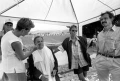"""Otto Stich wird am 1. August 1994 für seinen Auftritt und die Rede im Bundeslager """"Cuntrast"""" der Pfadfinder im Napfgebiet im Emmental geschminkt und vorbereitet. (Bild: Keystone)"""