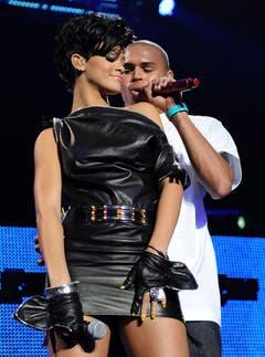 Rihanna verliess ihren Freund Chris Brown nach einem Gewaltvorfall - hier stehen sie noch gemeinsam auf der Bühne. (Bild: Keystone)