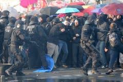 Die Polizei versucht die Demonstranten in Schach zu halten. (Bild: Keystone)