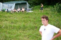 Fehlt nur noch der Fernseher: Wenige Stunden nach der Geländeöffnung haben sich die Festivalbesucher fast schon häuslich eingerichtet. (Bild: Luca Linder)