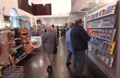 Ebenfalls eine schweizweite Neuheit: der Combishop. Kiosk und Billette Verkauf in einem Raum. (Bild: Susann Basler (25. Mai 2002))