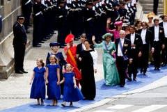Kronprinzessin Amalia (vorne in der Mitte), mit ihren Schwestern Alexia (links) und Ariane (rechts) sowie Grossmutter Beatrix führen die Gästeschär an. (Bild: Keystone)