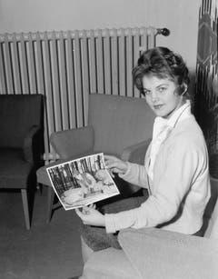 Die Beziehung zu Elvis Presley macht Priscilla Beaulieu über Nacht bekannt. Hier zeigt sie, gerade einmal 16 Jahre alt, ein Foto von Elvis als GI. (Bild: Keystone)