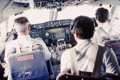 Dreiergespann im Cockpit einer 747-357 der Swissair, 1984: Der Flugingenieur (Mitte) war unter anderem für die Überwachung der Triebwerke und der Druckkabine zuständig. (Bild: ETH-Bibliothek/Bildarchiv/Stiftung Luftbild Schweiz/Swissair)