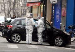 Ermittler untersuchen das mutmassliche Fluchtauto der Täter. (Bild: Keystone)