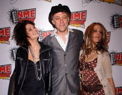 Papa Bob Geldof zeigte sich mit seinen Töchtern Pixie (links) und Peaches bei den NME Awards am 23. Februar 2006 in London. (Bild: Keystone)